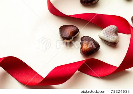 빨간 리본과 하트 초콜릿 발렌타인 이미지 73824658