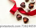 巧克力與紅絲帶和心的情人節形象 73824659