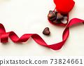 巧克力與紅絲帶和心的情人節形象 73824661