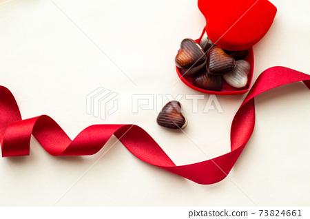 빨간 리본과 하트 초콜릿 발렌타인 이미지 73824661