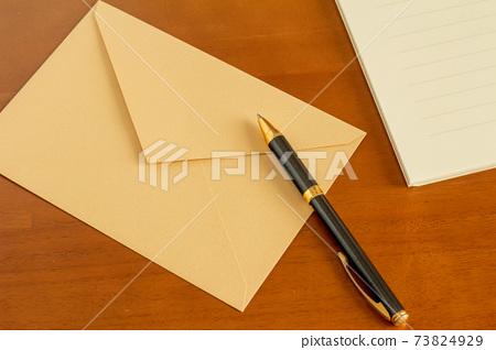봉투와 볼펜 편지의 이미지 73824929