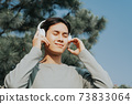 Man listen to music 73833064