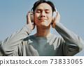 Man listen to music 73833065