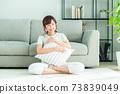 거실에서 휴식 젊은 여성 73839049