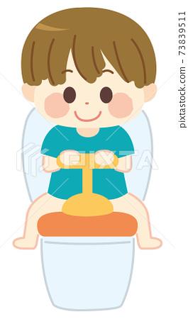 坐在輔助馬桶上的孩子 73839511