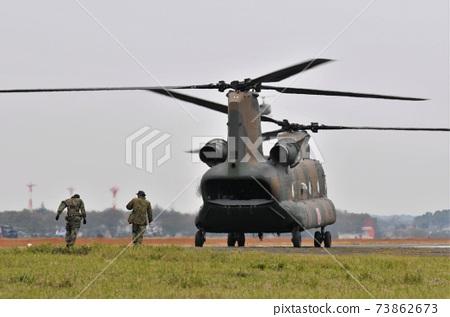 CH-47運輸直升機降落在地面自衛隊立川站 73862673