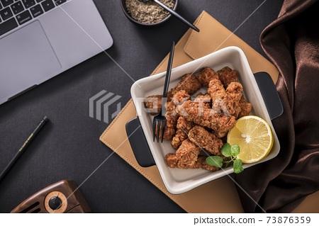 흰 그릇에 레몬 튀김 고기 스틱 73876359