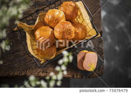木板上五香肉蛋捲 73876479