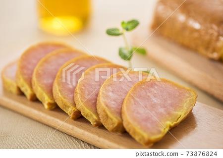手拿盤中五香肉蛋捲切片 73876824