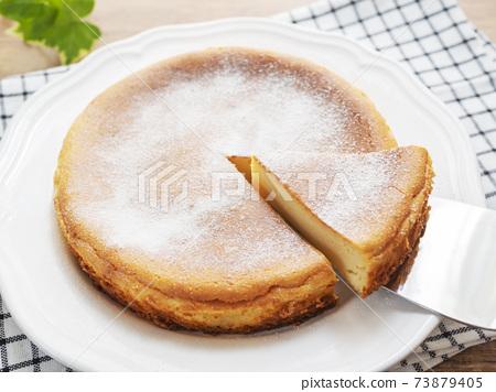 구운 치즈 케이크를 새기는 73879405