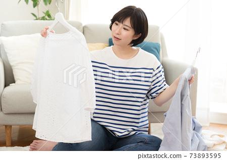 一個組織不必要物品的女人 73893595