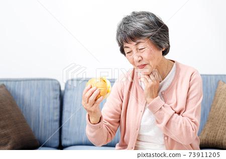 高級女人吃漢堡 73911205