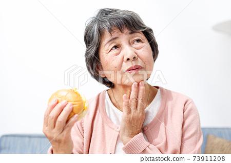 햄버거를 먹는 수석 여성 73911208