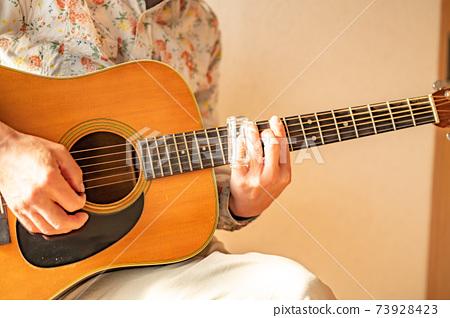 자숙 삶 오랜만에 기타를 연주 73928423