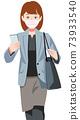 一名婦女戴著口罩和攜帶智能手機到營業地點 73933540