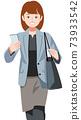 一名婦女用她的智能手機前往商業目的地 73933542
