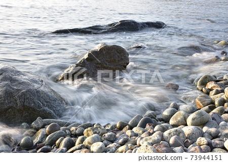 몽돌 해변의 파도 73944151