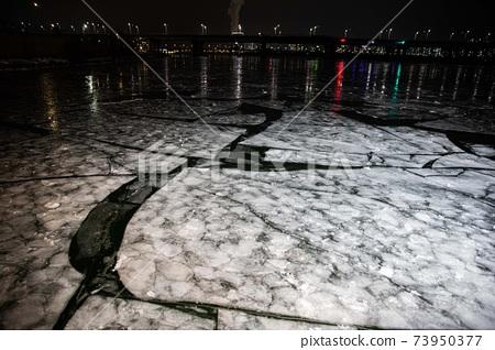한파로 얼어붙은 한강과 한강의 다리,  서울   73950377