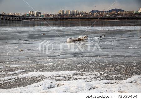 한파로 얼어붙은 한강, 한강주변, 도로, 강물, 서울의 풍경   73950494