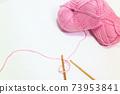 鉤編編織而成的粉紅色毛線球 73953841