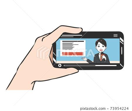智能手機橫屏男子看新聞節目 73954224