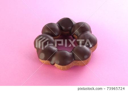 粉紅色的背景上的巧克力甜甜圈 73965724