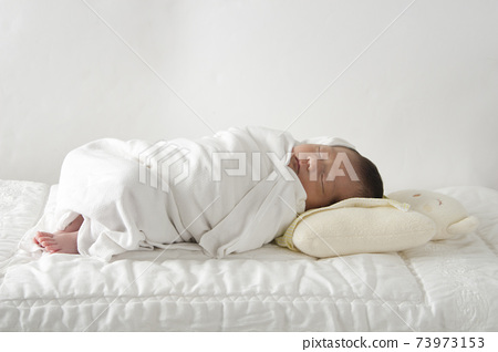 新生兒正在睡覺。 73973153