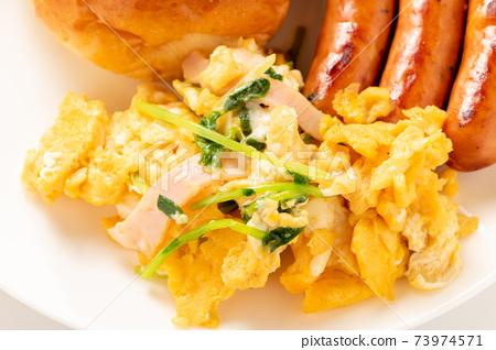炒雞蛋用豆芽和火腿。 73974571