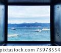 창문으로 보이는 해안 풍경 73978554
