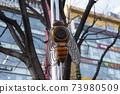 공공장소에 설치 된 벌 모양의 스피커 73980509