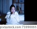 年輕女子看夜間恐怖片 73990065