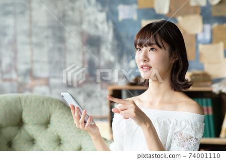 有智能手機的一位小姐 74001110