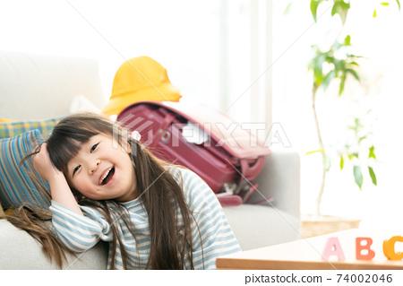 小學女孩接受英語教育 74002046