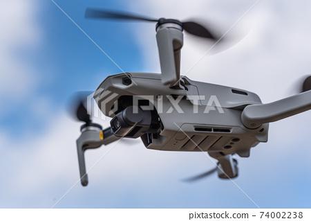 無人駕駛無人機在天上飛 74002238