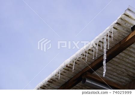 錫屋頂上掛著的大冰柱 74025999