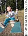 3歲男孩在鞦韆上玩 74029225