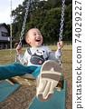 3歲男孩在鞦韆上玩 74029227