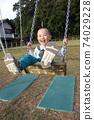 3歲男孩在鞦韆上玩 74029228