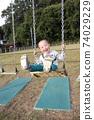 3歲男孩在鞦韆上玩 74029229