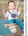 3歲男孩在鞦韆上玩 74029230