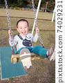 3歲男孩在鞦韆上玩 74029231