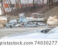 길가에 버려진 산업 폐기물 74030277