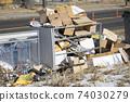 길가에 쌓여있는 재활용품 74030279