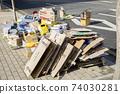 길가에 쌓여있는 재활용품 74030281