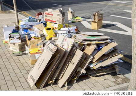 在路邊堆積的可回收物 74030281