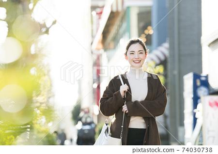 走在城市的一位小姐 74030738