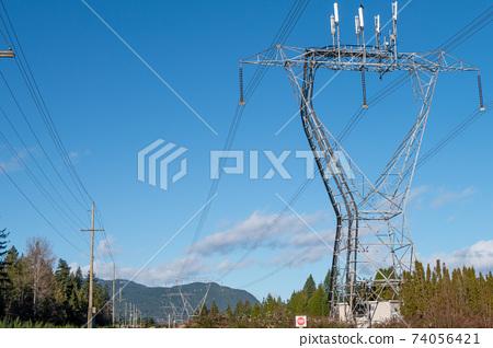 藍天和輸電線路鋼塔 74056421