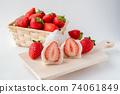 草莓大福在木板上的橫截面草莓白豆沙糊在籃子裡 74061849