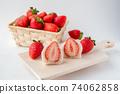 草莓大福在木板上的橫截面草莓白豆沙糊在籃子裡 74062858