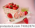 草莓大福在木板上的橫截面,在籃子裡的草莓,白豆沙糊,綠茶,叉子,粉紅色的背景 74062874